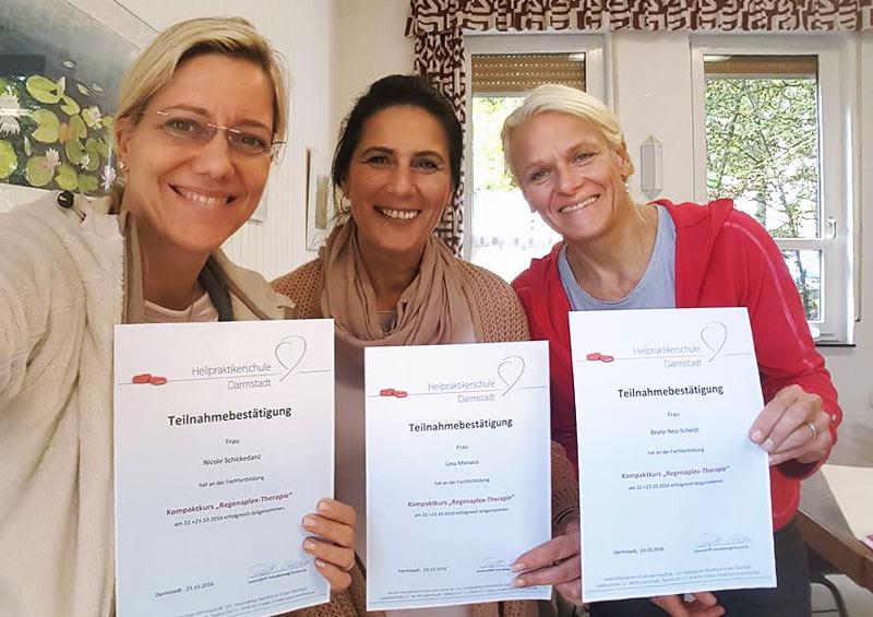 Zufriedene Teilnehmer mit Zertifikat