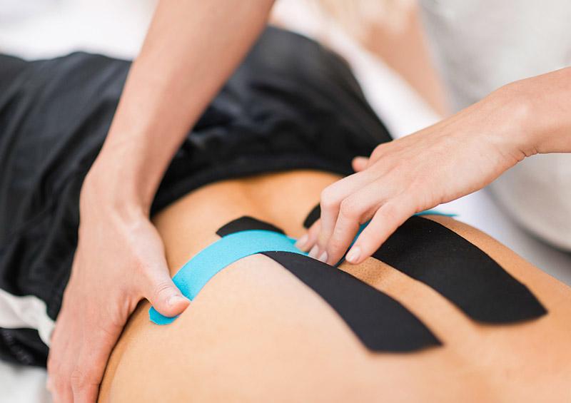 Taping des Rückens bei Rückenschmerzen